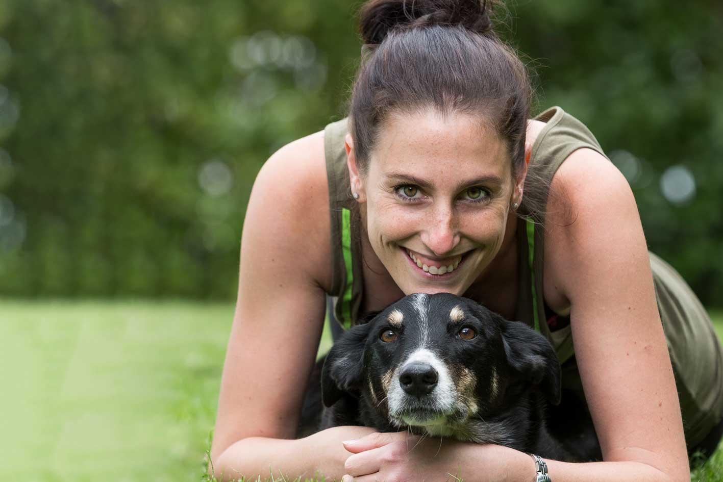 Claudia Senn mit ihrem Hund Quando, der Guide der KleintierklinikS
