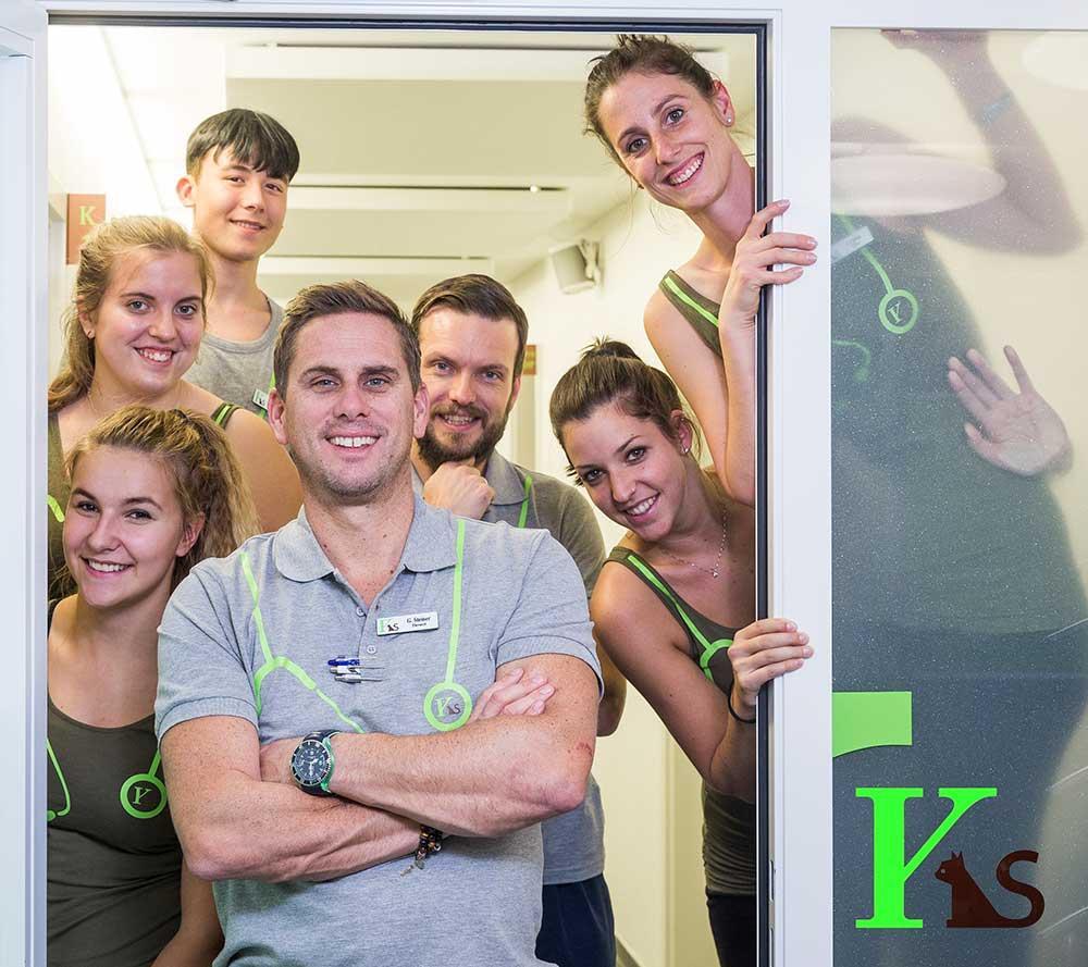 Gilles Steiner und sein Team heissen alle willkommen im Türrahmen der Klinik