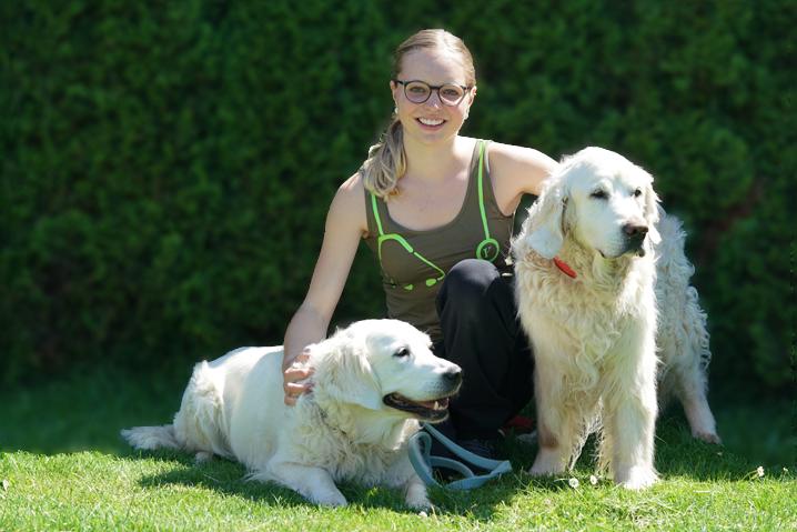 Amélie Jampen mit 2 weissen Golden Retriever Rüden im Garten der Kleintierklinik