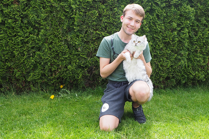 Troy Ambord zeigt seine weiss-graue Katze im Kleintierklinik S.AG Garten