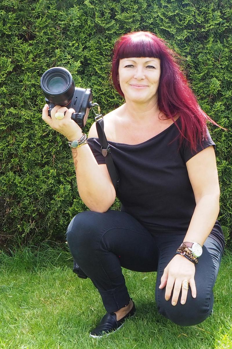 Corinne Laciga posiert mir ihrer Kamera